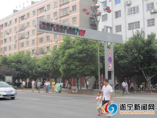 2个路口红绿灯启用