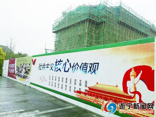 """围挡上""""我的中国梦""""""""社会主义核心价值观""""等讲文明树新风的公益广告画"""